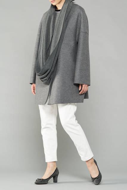 """<strong>WOMEN'S DRESS STYLE</strong><br />ウールのコートに円形のストールをスタイリングした冬の着こなし。パンプスの色を揃えることで、まとまった印象をさり気なく演出する。 <br /> <a href=""""/gallery/1321766/29"""" class=""""link_underline"""">靴 1万9440円</a>"""