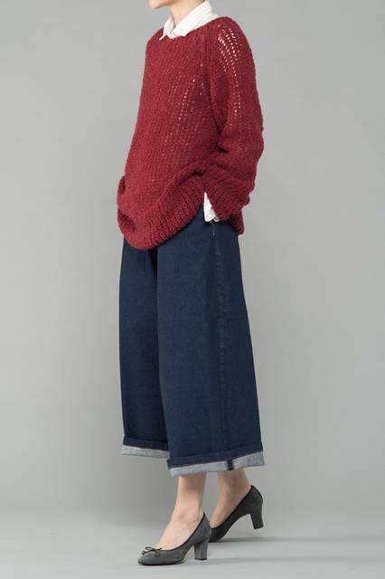 """<strong>WOMEN'S CASUAL STYLE</strong><br />ローゲージニットに合わせたデニムのガウチョパンツが新鮮なスタイリング。足元をすっきり見せることで、バランスの取れたコーディネートが完成する。 <br /> <a href=""""/gallery/1321766/29"""" class=""""link_underline"""">靴 1万9440円</a>"""
