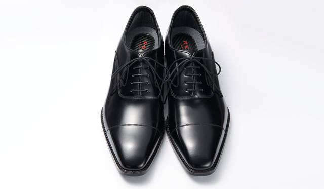 <strong>MEN'S</strong>/ビジネススーツをシックに演出するストレートチップ。靴の内側は、写真1と同じ仕様。2万5920円