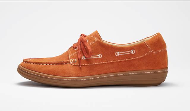柔らかなスエードを使ったデッキシューズ。靴のサイドのシューレースを刺繍で表現した愛らしいデザインに特徴がある。1万7280円