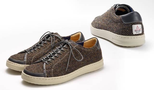 <strong>MEN'S</strong>/100年以上の歴史を誇る、英国の「ハリスツイード」を使った限定のスニーカー。あたたかみを感じさせる素朴な表情が新鮮で、かかとに施されたロゴがアクセント。靴のフォルムは、写真21や22のモデルと同じ。リーガルの専門店「REGAL SHOES」で、9月11日(金)から27日(日)の期間限定発売。1万9440円