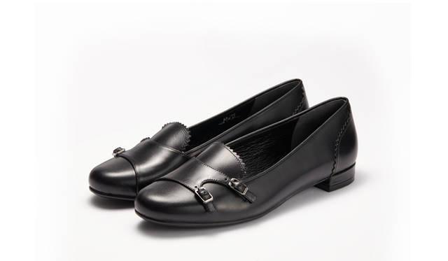 <strong>WOMEN'S</strong>/紳士靴の定番であるダブルモンクのストラップをあしらったローファータイプのシューズ。トラッドな見た目でありながら、細身の木型を使うことでレディライクなフォルムに仕上げている。1万7280円