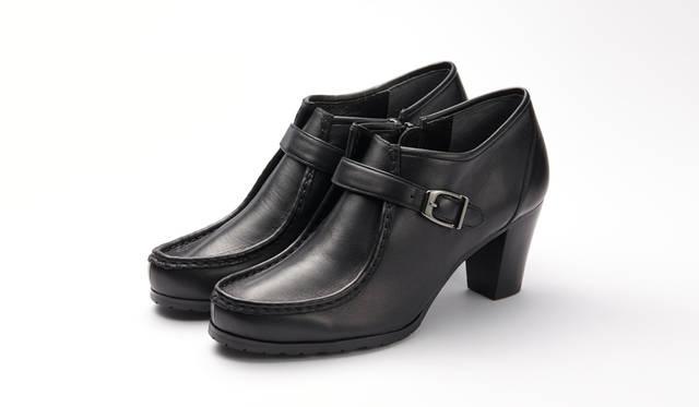 <strong>WOMEN'S</strong>/チロリアンシューズを応用したショートブーツ。高さ65mmのヒールは太く安定性に優れ、靴の内側にはジップを付けることで履きやすさにもこだわった。シックな装いからカジュアルまで幅広く使えるシューズだ。リーガルの専門店「REGAL SHOES」限定。2万3760円