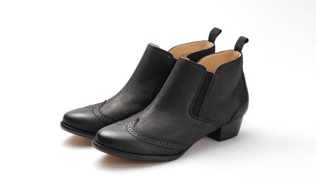 <strong>WOMEN'S</strong>/ウィングチップをあしらったサイドゴアブーツは、ゴートレザーを使った個性的な表情に特徴がある。高さ30mmのヒールが女性らしさを演出する。ノンウォッシュのタイトなジーンズと合わせて履きこなしたい。リーガルの専門店「REGAL SHOES」限定。1万9440円