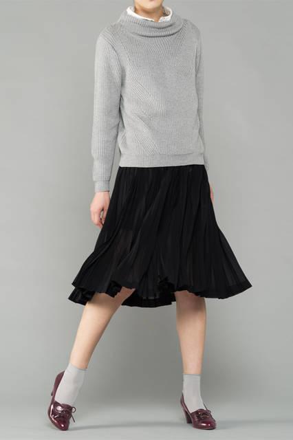 "<strong>WOMEN'S DRESS STYLE</strong><br />リブ編みのセーターにプリーツスカートを合わせたモダンな装い。深みのある色合いのパンプスが大人のムードを高める。 <br /> <a href=""/gallery/1321766/27"" class=""link_underline"">靴 1万8360円</a>"