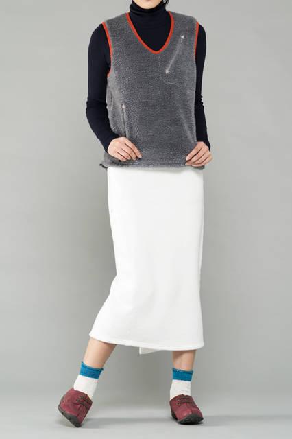 "<strong>WOMEN'S SPORT STYLE</strong><br />足元にポイントを置いたスポーティなコーディネート。ボアのベストとジャージーのスカートの組み合わせなど、色にも注意を払うことで、より洒落たスタイルに仕上がる。<br /> <a href=""/gallery/1321766/43"" class=""link_underline"">靴 1万7280円 </a>"