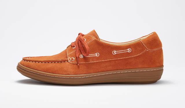<strong>MEN'S</strong>/柔らかなスエードを使ったモカシン。靴のサイドのシューレースを刺繍で表現した愛らしいデザインに特徴がある。1万7280円
