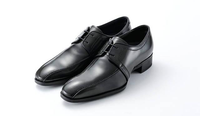 細身スーツと好相性な外羽根タイプのスワールシューズ。光沢あるレザーが足元に上品な色気を与える。写真のほかにブラック、ブラウンも展開。2万5920円