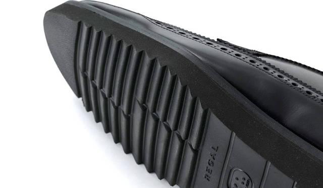 ツートーンウイングチップには厚みのあるラバー製シャークソールを採用。スポーティなモードテイストを演出し、カジュアルとも相性がいい。
