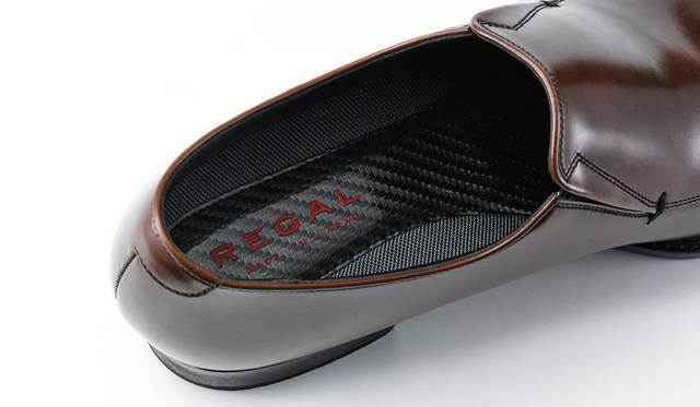 ドレススポーツシリーズには、ウレタンフォーム入りのカーボン調インソールをプラス。抜群のクッション性により、スニーカー感覚の履き心地だ。