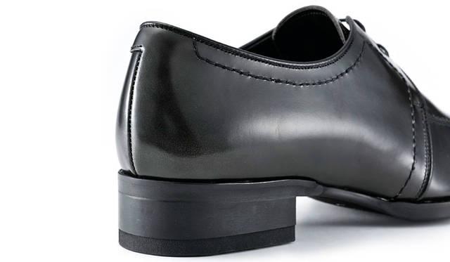 ややハイヒールに設定されたヒールによって、脚長効果があるのもドレススポーツシリーズの特徴。ソールはラバー張りで防滑性も十分。