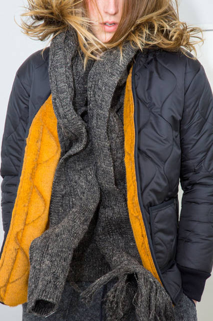 <strong>doublet|ダブレット</strong><br /><strong>2015-16年 秋冬コレクション</strong> QUILTING LINER BLOUSON 3万8880円、CABLE KNIT NECK SCARF 2万5920円