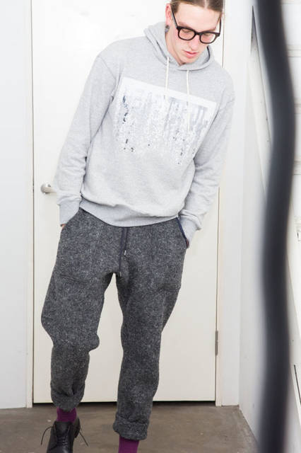 <strong>doublet|ダブレット</strong><br /><strong>2015-16年 秋冬コレクション</strong> SPANGLE PARKA 3万1320円、WOOL LOOP YARN PANT 3万4560円