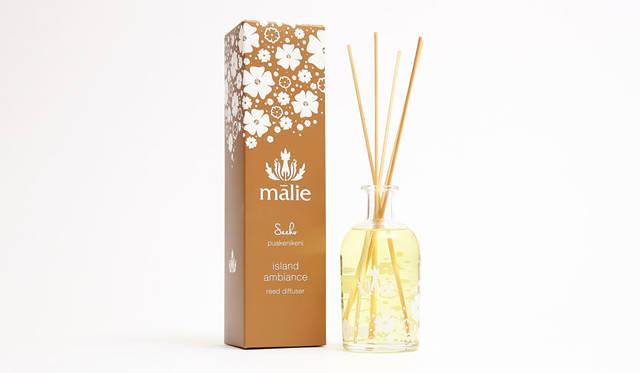 <strong>Malie Organics|マリエオーガニクス</strong><br />「Special Collection for Saeko」 天然のリードが香りのオイルを吸い上げて、トロピカルな香りが部屋いっぱい にやわらかく広がっていく。「リードディフューザー」9504円(トラベルサイズ 3564円)