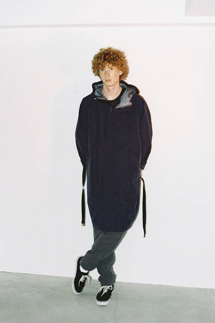 <strong>PORTVEL|ポートヴェル</strong><br /><strong>2015-16年 秋冬コレクション</strong> 3LAYER PONCHO 7万7760円、COTTON CASHMERE FOOT BALL  - TEE 1万6200円、WOOL CASHMERE EASY PANTS 4万2120円
