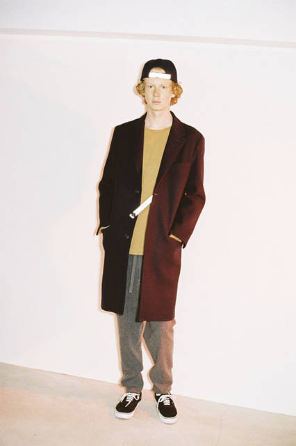 <strong>PORTVEL|ポートヴェル</strong><br /><strong>2015-16年 秋冬コレクション</strong> SUPER 120 MELTON CHESTER COAT 8万9640円、COTTON CASHMERE FOOT BALL  - TEE 1万6200円、WOOL CASHMERE EASY SHORTS 3万7800円、SUPER 120 MELTON CAP 1万3824円