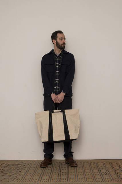 <strong>FUJITO|フジト</strong><br /><strong>2015-16年 秋冬コレクション</strong> Zip Up Shirt Jacket 26,000 yen Open Collar Shirt 1万9440円、Fatigue Easy Pants 2万1600円、Tote Bag-L 1万7820円