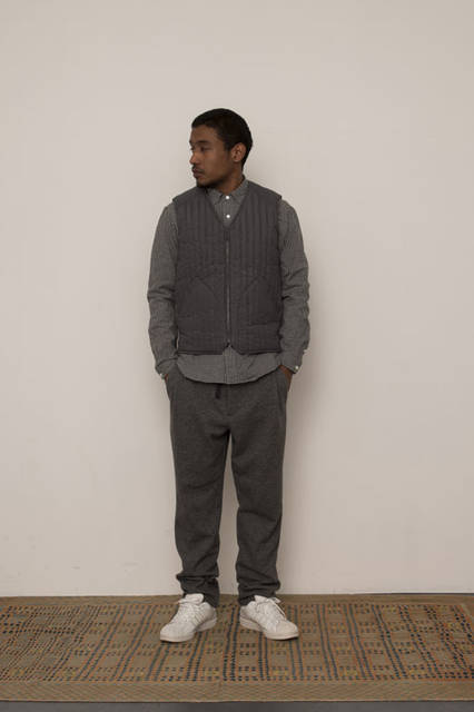 <strong>FUJITO|フジト</strong><br /><strong>2015-16年 秋冬コレクション</strong> Quilting Vest 29,000 yen B.D Shirt 2万1600円、1 Tuck Easy Pants 2万4840円