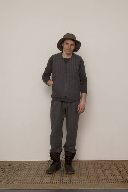 <strong>FUJITO|フジト</strong><br /><strong>2015-16年 秋冬コレクション</strong> Quilting Vest 3万1320円、Slow Hands Henley Neck Sweater 1万8360円、1 Tuck Easy Pants 2万4840円、Bush Hat 9180円