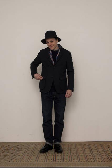 "<strong>FUJITO|フジト</strong><br /><strong>2015-16年 秋冬コレクション</strong> Country Jacket 4万8600円、Crew Neck Rib Knit 1万9440円、B.D Shirt 2万1600円、""Thea""Denim Jeans 2万7000円、O/D Bush Hat 1万584円"