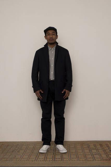 "<strong>FUJITO|フジト</strong><br /><strong>2015-16年 秋冬コレクション</strong> Atelier Coat 6万2640円、Big Silhouette Shirt 1万9440円、O/D ""Thea""Denim Jeans 3万240円、B.B Cap 8640円"