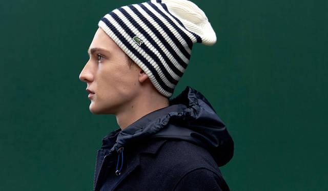 合わせるニット帽の色味を変えるだけで、コーディネートの雰囲気も変化。白の面積が大きいニット帽を選べば、よりヌケ感がうまれ、さわやかな見た目に。 <br /><br /> コート4万6000円、ニットキャップ5700円(ともにラコステ)