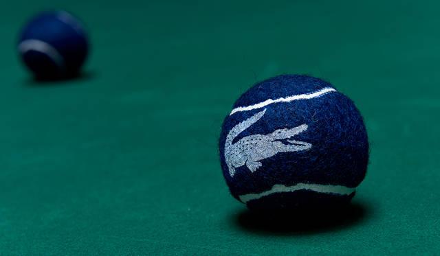 """ラコステのアイコンでもある""""ワニ""""。ルネ•ラコステ氏の粘り強い、テニスのプレイスタイルが「ワニ」と称され、彼のニックネームがブランドアイコンとなった。<br /><br /> ボール[参考商品](ラコステ)"""