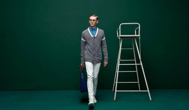 着丈の長いロングカーディガンは、シンプルなコーディネートで。小襟のシャツ、白のスニーカーと合わせることで、エスプリ漂うスタイルに。 <br /><br /> カーディガン2万9000円、シャツ1万2000円、バッグ2万4000円、シューズ2万1500円(すべてラコステ)