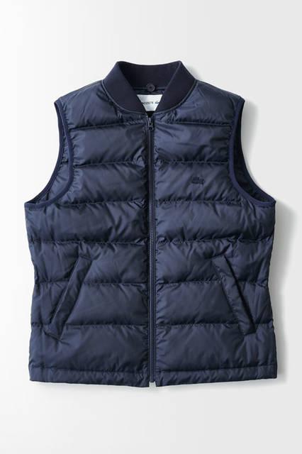 初秋から真冬まで使えるコートは、取り外し可能なフードとダウン仕様のライナーが装備された逸品。ダウンのライナーは取り外すことができ、ベスト単体としても着用できる。<br /> コート5万6000円(ラコステ)