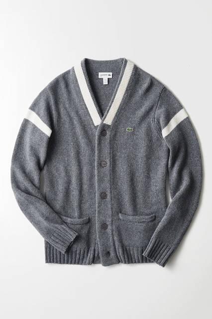 ウール80%×ポリエステル20%のピーチスキンのような着用感が特徴のニットカーディガン。ボタンまで統一したウォームグレーでエレガントな佇まいに。<br /> カーディガン2万9000円(ラコステ)