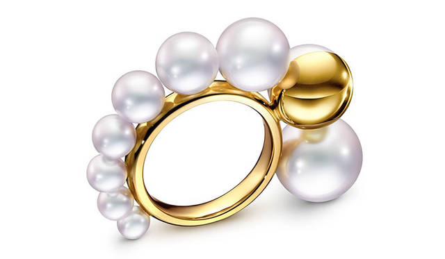 <strong>idea by SOSU|アイデアバイソスウ</strong><br />「TASAKI」ポップアップショップ シェル リング(MELANIE GEORGACOPOULOS TASAKI)18K イエローゴールド / 淡水真珠 25万9200円 &#169;TASAKI