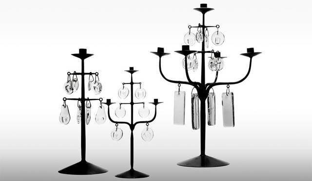 イベント「MODERNISM SHOW -モダン家具とその周辺-」 デザイナー、エリック・ホグランによる「CANDELABRA」は、ハンマーワークにより成形する鍛鉄の技法をもちい製作された鉄製のベースに、初期の作品に見られるプリミティブなモチーフを型押ししたガラスのオーナメントがぶら下げられたキャンドルスタンド。それぞれ表情のある黒い鉄と透明のガラスによりストイックで独特な存在感を醸し出している