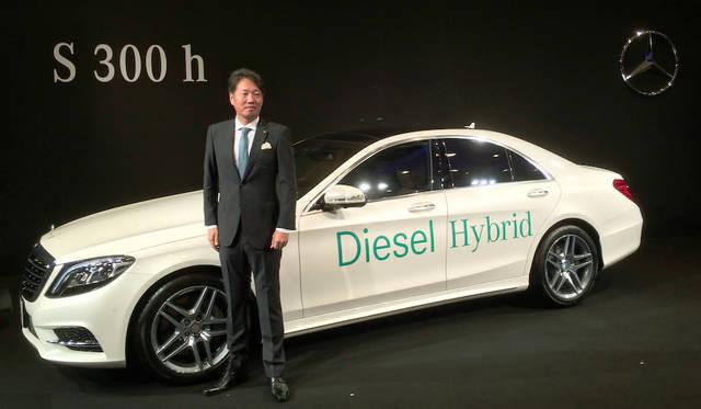 ディーゼルバイブリッドの「S 300h」を紹介する、上野金太郎メルセデス・ベンツ日本社長