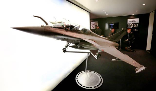 BELL & ROSSのブースで展示されていた巨大なフランス軍戦闘機「ラファール」の模型が展示されていた