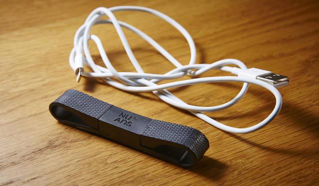 携帯性に優れた、160mmショートタイプのLightningケーブル。きれいに小さくまとめることができバッグのなかで複雑に絡まらない<br><br>価格|2376円<br>カラー|ブラック、ホワイト、カーキ、サフラン<br>サイズ|約W14×H10.8×D90.3mm(展開時:D186mm)<br>ケーブル長|160mm<br>重さ|約12g<br>