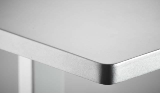 Lightning端子付きデバイスを充電するドック付きのLED照明。光の強弱、電球色と昼光色の2色の切り替え、光源の傾き調整、背面には給電用USBを搭載。角度調整が可能なLightningコネクターですべてのiOSデバイスに対応し、ドックパーツはロータリー式でコネクター部分を保護することができる。温かみのある電球色と、くっきり明るい昼光色を切り替えることができ、無段階の明るさの調整もできる<br><br>価格|1万6200円<br>カラー|ブラック、シルバー<br>サイズ|約W104×H331.5 ×D104mm<br>重さ|約374g