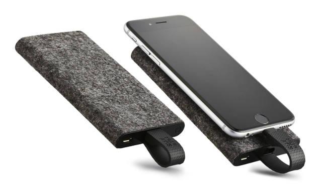 iPhone充電用のLightningケーブルが一体化した、薄型のモバイルバッテリーです。iPhone 6なら約2回のフル充電が可能。外装には、もち歩き時に周りのものを傷つけないフェルト素材を採用している<br><br>価格|6480円<br>カラー|ブラック、ホワイト、カーキ、サフラン<br>サイズ|約W66.5×H154.3×D14.7mm(展開時:H198mm)<br>重さ|約148g