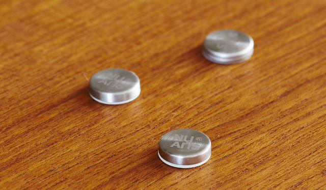机や棚の裏側に落ちてしまいがちなケーブルの端子部分を留めておくことができるマグネット。頑丈で質感の高いステンレスでコーティングされており、高級感のあるスピン加工とレーザー刻印ロゴでインテリア性が高められている。裏面の両面テープでどこでも好みの位置に貼り付け可能<br><br>価格|1512円<br>サイズ|約W15.1×H15.1×D4mm<br>重さ|約3g(1個)