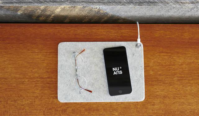 <strong>MAGMAT ケーブルホルダー付きマット</strong><br /> Lightningケーブルの端子部分を留めておくことができる、マグネット式ケーブルホルダー付きのマット。iPhoneと腕時計をまとめるスペースとして活用でき、iPad miniなど8インチサイズまでのタブレットを置けるサイズ<br><br>価格|1620円<br>カラー|ブラック、ホワイト、カーキ、サフラン<br>サイズ|約W170×H5×D240mm<br>重さ|約80g