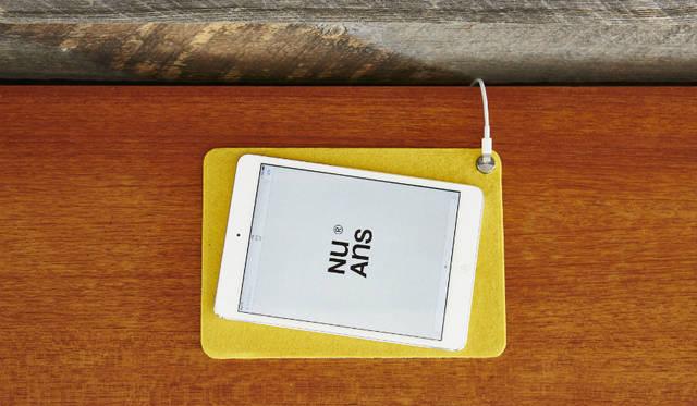 Lightningケーブルの端子部分を留めておくことができる、マグネット式ケーブルホルダー付きのマット。iPhoneと腕時計をまとめるスペースとして活用でき、iPad miniなど8インチサイズまでのタブレットを置けるサイズ<br><br>価格|1620円<br>カラー|ブラック、ホワイト、カーキ、サフラン<br>サイズ|約W170×H5×D240mm<br>重さ|約80g