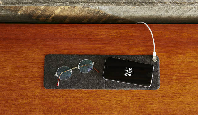 Lightningケーブルの端子部分を留めておくことができる、マグネット式ケーブルホルダー付きのマットです。広げれば、ベットサイドでのiPhoneと小物置き場として。折りたためば、タッチ操作に最適な角度を与えて設置できるスタンドとして、二通りの使い方ができる<br><br>価格|1620円<br>カラー|ブラック、ホワイト、カーキ、サフラン<br>サイズ|約W100×H19×D157mm(展開時:H5×D326mm)<br>重さ|約65g