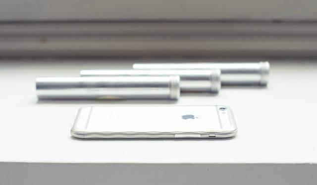 ネジを使わないうえ、他のパーツすら必要としない。このバンパーのためだけに開発された特殊なラッチ構造「ITOIGAWA Latch」を備え、1/100mmの誤差も許されない精度で削り出した金属の、わずかなひねりを利用して脱着する<br><br /> 価格|5万4000円(iPhone 6用)、6万4800円(iPhone 6 Plus用)<br /> 対応製品|iPhone 6 / iPhone 6 Plus<br /> カラー|ブラック、シルバー、ゴールド<br /> 重さ|iPhone 6:約17g、iPhone 6 Plus:約18g<br /> 素材|超々ジュラルミンA7075<br />