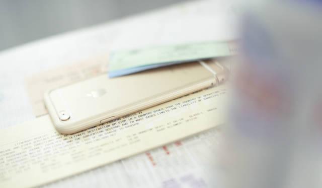 樹脂ジョイント構造を採用。樹脂特有のしなりを使ったジョイント部分を、カチッとはまるまで装着する。ボールペンの先や専用の工具などを穴に差し込むことによって取り外すことができる<br><br /> 価格|2万7000円(iPhone 6)、3万2400円(iPhone 6 Plus用)<br /> 対応製品|iPhone 6<br /> カラー|ブラック、シルバー、ゴールド<br /> 重さ|iPhone 6:約15g、iPhone 6 Plus:約20g<br /> 素材|ジュラルミンA2017<br />