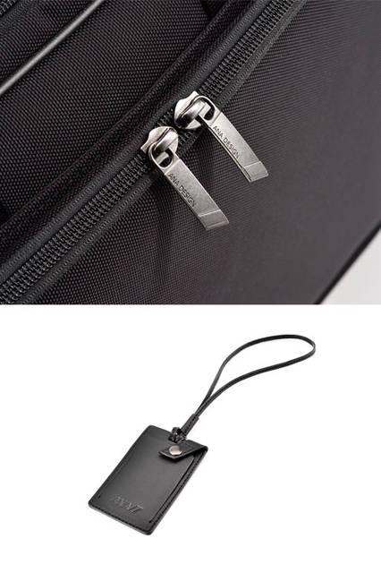 <strong>ACE|エース</strong><br />上/飛行機のフィンをイメージした引き手のデザイン。右/ANAのロゴ入りネームタグ。名刺が入り、ポケットに収納可能