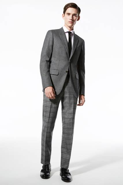 ハウンドトゥースのマイクロ柄にチェックのパンツを組み合わせたブロークンスーツ。色のトーンを揃えることで、スーツのような端正な印象を与えられる. ジャケット46万4400円、パンツ17万2800円/エルメネジルド ゼニア