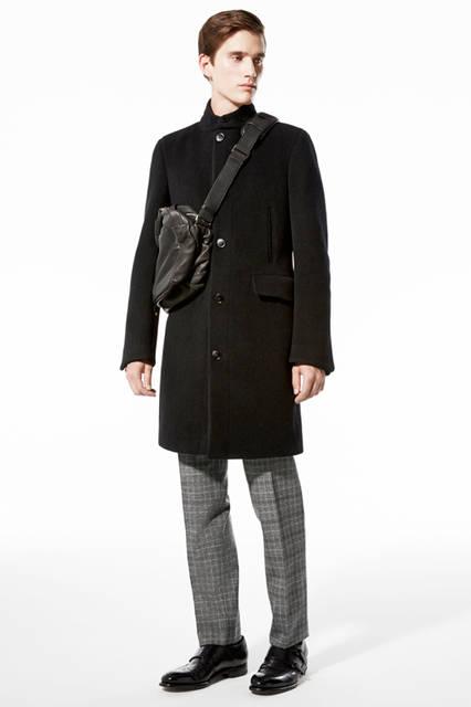 スポーティな印象のスタンドカラーのコートは、黒のヘリンボーン柄。シャドウ柄にすることによって、着こなしにほど良い変化をもたらしてくれる。コート67万5000円、パンツ17万2800円、バッグ00万0000円、靴18万1440円/エルメネジルド ゼニア
