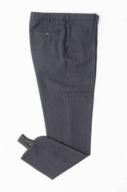 「チッチョ」が仕立てたパンツは、ウール混のドレッシーなもの。シルエットは美しいテーパードラインで、その裾の収まりを良くするためにゴムバンドがついている。パンツ17万2800円円/エルメネジルド ゼニア