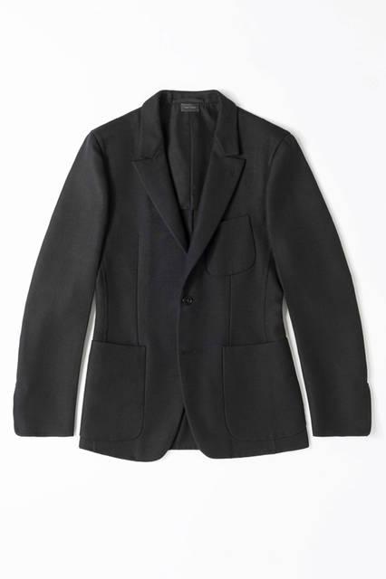 シングルのジャケットながら、ショーアイテムと同じラペルデザインによってエレガントな雰囲気に。袖はラウンドしたクチュールを象徴するデザインとなっている。ジャケット00万0000円/エルメネジルド ゼニア