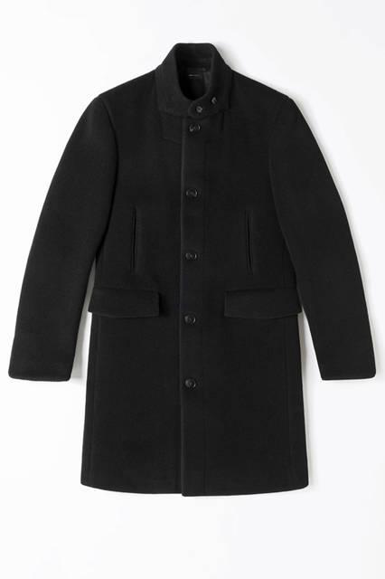 スポーツやミリタリーといった要素がうかがえる、ハイネックカラーのコート。素材はウール混で黒のヘリンボーン柄。67万5000円/エルメネジルド ゼニア