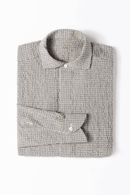 ダークグレー×ブラック×ホワイトのチェック柄のシアサッカーシャツ。ポロシャツのようなプルオーバータイプで、カジュアルな着こなしにもマッチする。シャツ11万7720円/エルメネジルド ゼニア